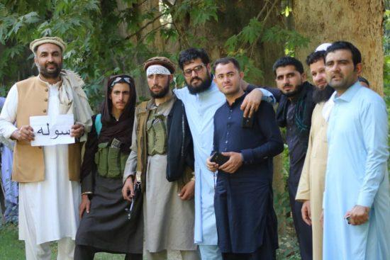 武器を持つタリバン兵士とともに