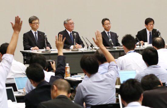 関電/質問を受ける八木会長と岩根社長