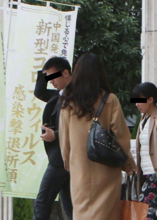 マスクなしで東京正心館を出入りする信者たち