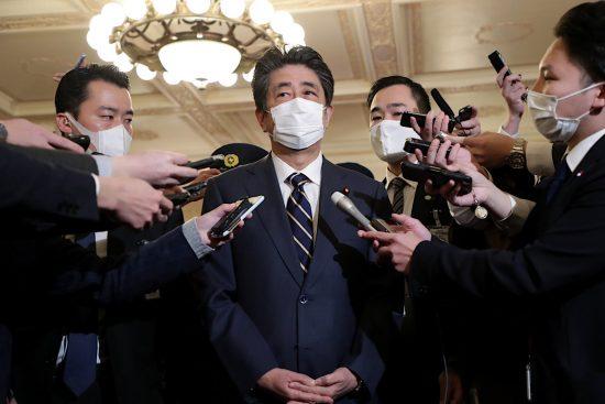桜を見る会問題で記者に囲まれる安倍晋三前総理