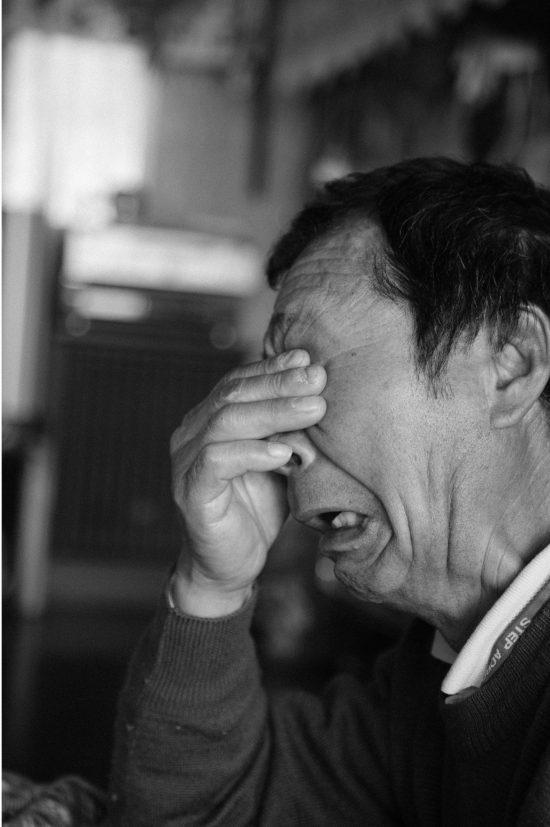 佐藤義明さんは声をあげて泣く