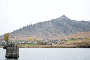 平屋の家と禿山