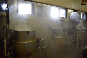 厨房で湯気を上げるスープの寸胴