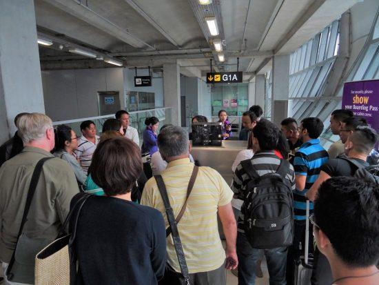 ベトナム航空従業員に詰め寄る人々