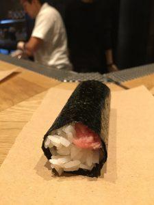 紙に置かれた手巻き寿司
