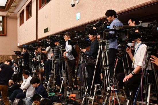 会場は報道関係者が立ち見に