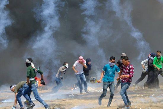 イスラエル軍の催涙ガスから逃げる人々