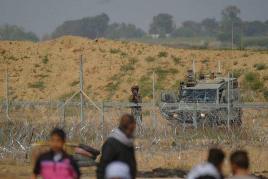 筆者が取材中、イスラエル兵がこちらに銃を向けてきた!