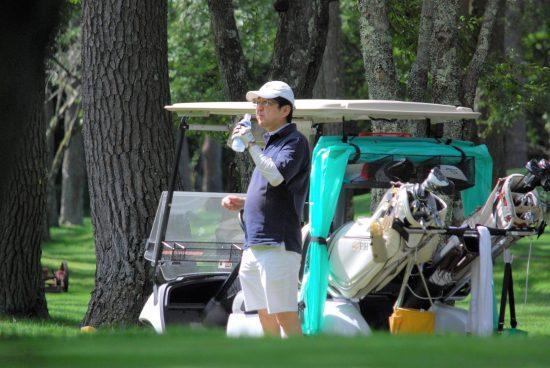 ゴルフをする安倍首相