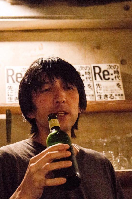 ビールを飲む髙坂さん