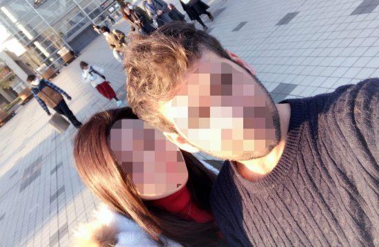 ツーショットで写真を撮るA.Yさんとその妻Wさん