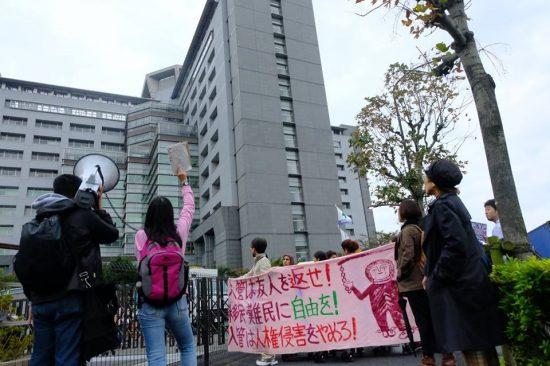 長期収容や医療の不備などについて、東京入管前で抗議する市民団体