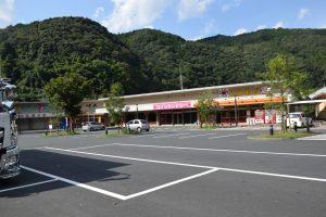 道の駅清流の里ひじかわ下流側の商店街