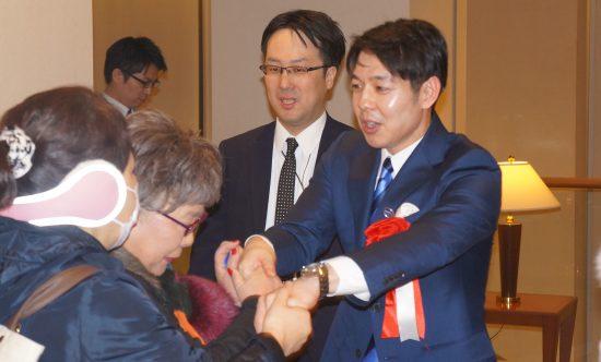 握手する鈴木市長