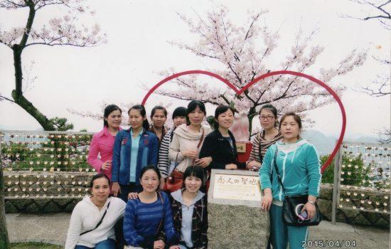 グエン・ティ・トゥイ・リンさん(左下端)と同僚の技能実習生