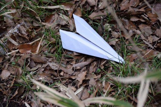 収容者が投げた紙飛行機