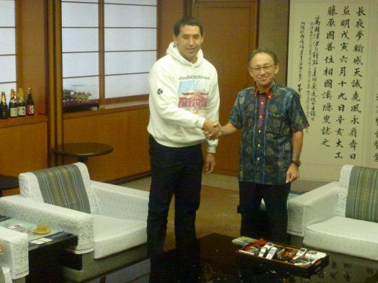 面談後に記念撮影に応じる玉城知事とカジワラさん