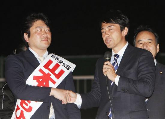 テコ入れに派遣された小泉進次郎と握手を交わす山本