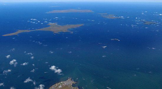 北海道側から望む北方領土・歯舞諸島