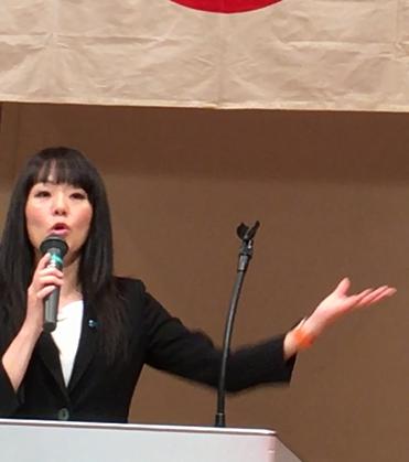 支援者を前に講演する杉田議員
