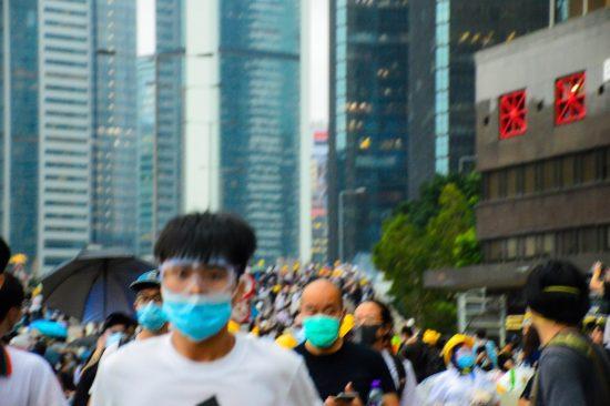 催涙弾から逃げるデモ参加者
