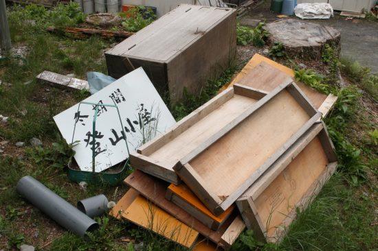 「冬期間登山小屋」の看板が打ち捨てられていた。