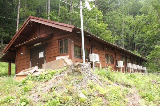 二軒小屋の冬期の登山者用の小屋は作業員宿舎に改造されていた