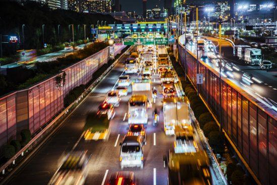 夜間の高速道路