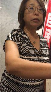 撮影を止めるよう迫る菅原議員の国会事務所秘書