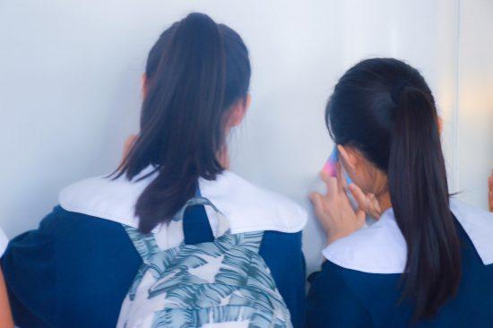死者が出た場所で弔いの折り鶴を折る女子高生