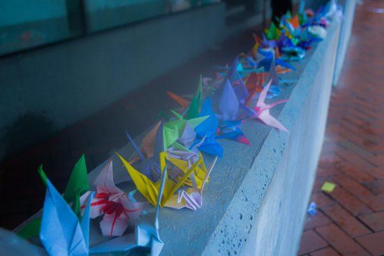 死者が出た現場に並べられた折り鶴