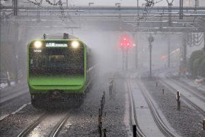 大雨の中の電車