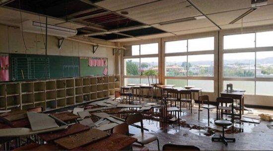 室内まで水浸しでめちゃくちゃになった教室