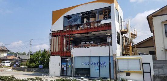 ガラスもめちゃくちゃに壊れている建物