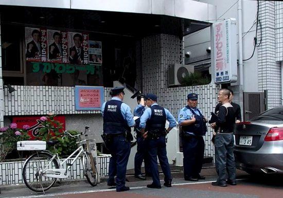 菅原事務所の通報でかけつけた警察官たち