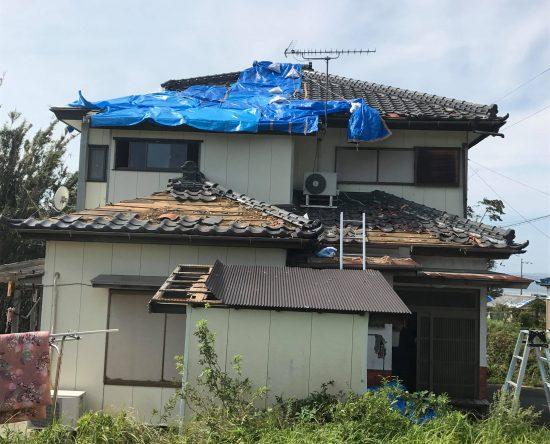 ブルーシートで補填された屋根