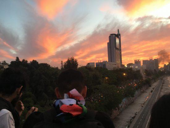10月25日、チリで一番大きなデモが行われた首都サンチアゴの様子