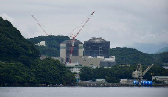 内浦湾から見た関電高浜発電所