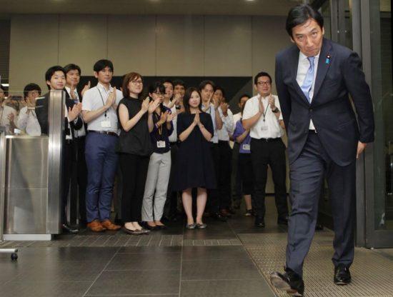 就任直後の菅原経産相の到着を玄関で出迎える経産省職員たち