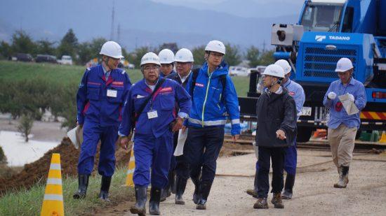 千曲川の堤防決壊現場(長野市穂保地区)を視察