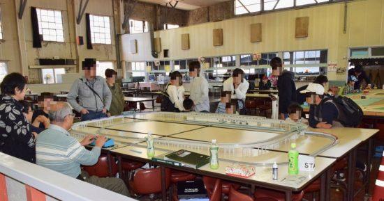 多度津工場食堂での鉄道ファンによる展示と走行会