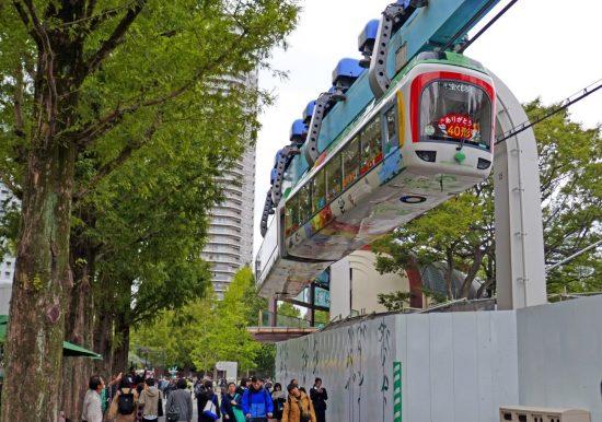 上野動物園内を走る上野モノレール