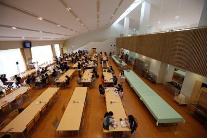 幸福の科学学園那須校の食堂で食事をする生徒たち(藤倉善郎撮影)