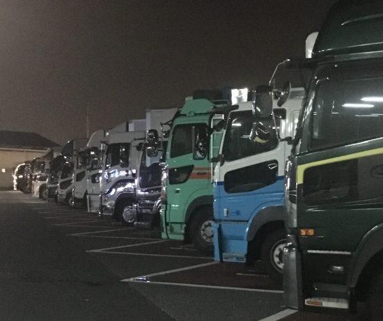 サービスエリアで休息を取るトラック