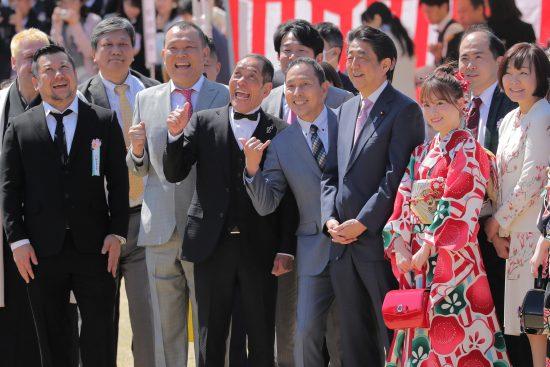 吉本興業の芸人に囲まれて笑う安倍首相
