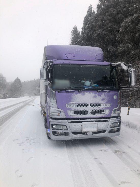 雪道を走るトラック
