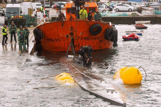 スペイン警察によって引き揚げられた麻薬密輸潜水艦