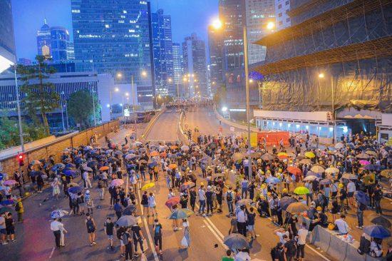 香港。摩天楼とデモ隊