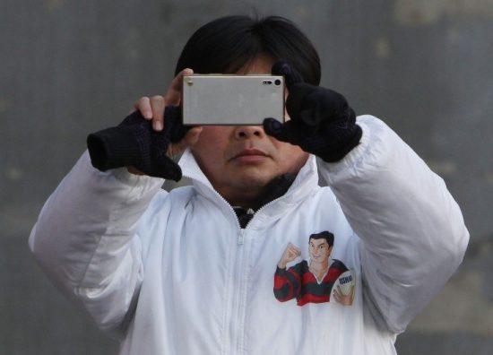 記者たちを撮影する菅原氏スタッフ