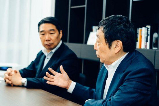前川喜平さん(左)と寺脇研さん(右)